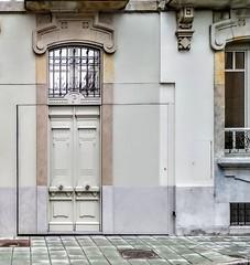 La puerta del garaje (Micheo) Tags: gijón modernismo camuflaje asturias