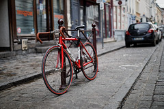 The red racing bike (Guillaume DELEBARRE) Tags: bike bicyclette vélo bicycle red vintage cinematic canon sigma 40f14 sigmaart 40mm 5d4 5dmarkiv urban city urbain dxo banalities retro