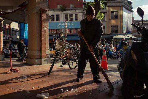 老先生他動作緩慢的掃一下,停一下,慢雖慢卻非常認真的在打掃,也不在意人來人往的注視。