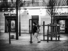 Placard à poireaux /  Leeks locker (vedebe) Tags: ville city rue street urbain urban homme humain human people noiretblanc netb nb bw monochrome
