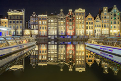 Vecchie sorelle / Old sisters (Amsterdam, The Netherlands) (AndreaPucci) Tags: damrak amsterdam netherlands night reflections andreapucci