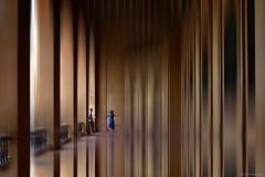 Fotografía entre lineas - Photography between lines (ricardocarmonafdez) Tags: imaginación edición effect processing people urbanshot color movement simetría symmetry nikon d850 reflejos reflections