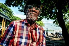 Le vendeur de billets de loterie (Ma Poupoule) Tags: man oldman old cochin inde india retrato ritratti ritratto porträt portrait visage face regard asie asia