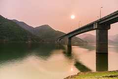 _J5K1046.0414.Tạ Khoa.Bắc Yên.Sơn La (hoanglongphoto) Tags: asia asian vietnam northvietnam northwestvietnam northernvietnam landscape scenery vietnamlandscape vietnamscenery bacyenlandscape sky mountain flanksmountaun river lake water bridge takhoabridge canon canoneos1dsmarkiii tâybắc sơnla bắcyên tạkhoa cầutạkhoa phongcảnh buổichiều nắngchiều bầutrời sườnnúi sôngđà mặtnước sunrise bìnhminh sun mặttrời redsky bầutrờimàuđỏ zeissdistagont3518ze longnguyenflickr longnguyen hoanglongphoto waterscapes