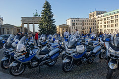 Staatsbesuch (Lens Daemmi) Tags: pariserplatz brandenburgertor brandenburggate polizei police motorräder motorcycles statevisit