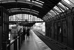 Dauert es noch lange? (RIch-ART In PIXELS) Tags: station berlin deutschland germany railwaystation railwaytrack nikon city town bahnhof architecture blackandwhite monochrome
