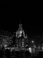Frauenkirche (Rene_1985) Tags: weihnachtsmarkt dresden frauenkirche nacht night dark monochrom bw schwarz weiss leica 28mm 17 typ 116