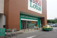 soon to be a giant 7/eleven? (the foreign photographer - ฝรั่งถ่) Tags: tesco lotus banghen laksi bangkok thailand supermarket store entrance taxi monk baskets shopping sony rx100