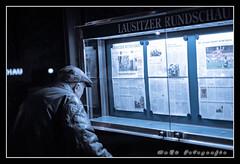 Der Zeitungsleser (MaRü Fotografie) Tags: nacht sporträt 50mm scottbus strase herbst street fenster stadt cottbus 2019 gebäude dezember