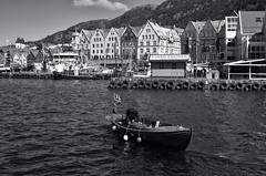 Man at work (Zoom58.9) Tags: city port harbour water boat people human europe norway bergen stadt hafen wasser boot mensch europa norwegen houses häuser canon canoneos50d bw monochrome sw canonef28mmf18usm