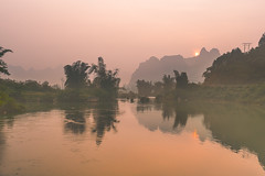 _Y2U4792.0914.Bản Rã.Trùng Khánh.Cao Bằng (hoanglongphoto) Tags: asia asian vietnam northvietnam northeastvietnam northernvietnam landscape scenery vietnamlandscape vietnamscenery caobanglandscape water canon canoneos1dx đôngbắc caobằng trùngkhánh bảnrã thácbảngiốc phongcảnh phongcảnhcaobằng sôngquâysơn dulịchthácbảngiốc bangiocwaterfalltourism canonef35mmf14lusm reflection phảnchiếu soibóng sky redsky sun bầutrời bầutrờimàuđỏ mặttrời river quaysonriver sunrise bìnhminh longnguyenflickr longnguyen hoanglongphoto waterscapes naturelandscape phongcảnhthiênnhiên