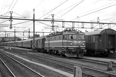 SJ Swedish Railways elelctric loco Rc4 1320 at Uppsala on 1 July 1985 (Trains and trams eveywhere) Tags: sj asea swedishstaterailways electric locomotive trains railways scandinavia swedishrailways uppsala
