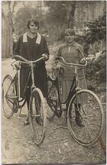 Two ladies, two bicycles (letterlust) Tags: letterlust bicyclehistory fiets bicycle bike fahrrad rower vélo bicyclette bicicleta damesfiets frauenrad womensbike vélopourfemmes interbellum tussendeeersteendetweedewereldoorlog zwischendemerstenweltkriegunddemzweitenweltkrieg betweenthefirstworldwarandthesecondworldwar entrelapremièreetlasecondeguerremondiale
