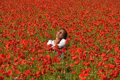 El espíritu de la primavera (Kasabox) Tags: primavera spring springfiels rojo red amapola flor flower people mujer woman color colour love amor nostalgia campo field girona