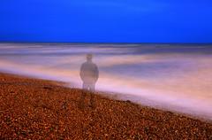 Transparent (ploh1) Tags: mensch mann person meer wasser ozean strand brighton england uk gb grosbritannien langzeitbelichtung himmel natur landschaft blauestunde nachtaufnahme kies alleine blau
