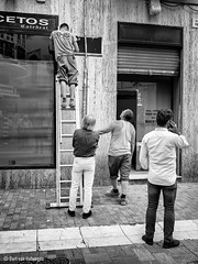 Team  work II (Bart van Hofwegen) Tags: work group people men ladder street streetphotography urban urbanphotography city citystreet citylife urbanlife busy working monochrome blackandwhite malaga málaga andalucía andalusia