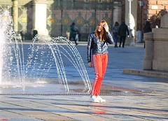 red and blue (archgionni) Tags: ragazza girl fontana fountain acqua water piazza square strada street luce light ombre shadows capelli hair rosso red