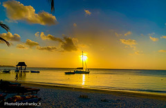 Sunset - Mauritius Nov.2019-4 (johnfranky_t) Tags: mauritius oceanoindiano johnfrankyt tramonto sunset spiaggia sole barca pontile attracco boe nuvole lettino sabbia sand clouds beach pier boat albero