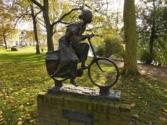 Fietsend meisje in laatste oorlogswinter (joeke pieters) Tags: 1510685 panasonicdmcfz150 prinsentuin leeuwarden fietsendmeisje tinekebot beeld sculpture friesland nederland netherlands holland park
