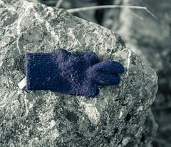 Der liegt da jetzt --- It's lying there now (der Sekretär) Tags: bokeh dof fels felsen handschuh stoff textilien tiefenschärfe blurred depthoffield fabric fabrics fuzzy glove leavebehind leftbehind outoffocus rock unscharf vague verschwommen zurückgelassen zurücklassen