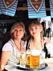 Die  Kellnerinnen mit Dirndln beim Oktoberfest im Restaurant Zum Heurigen in Gustavsburg im Sommer 2019 (DieterLo1) Tags: restaurant oktoberfest biergarten dirndl gustavsburg trachtenkleidung beer bier beergarden zumheurigengustavsburg festival bayrisch servicekraft kellnerinnen