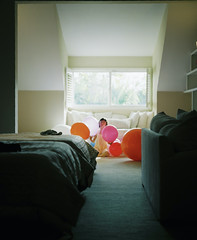 Balloons (Yuki Ishikawa Photography) Tags: フィルムカメラ バケペン 中判カメラ ハワイ ワイキキ アロハ 西村カメラプリント アナログ写真 フィルム写真 爸爸有你就够了 蝶々の心臓 ポートレイト 人像攝影 風船 balloon bestfilmphoto filmphotography pentax67 filmisnotdead filmcamera 6x7 mediumformat portrait hawaii honolulu aloha travel igjapan ighawaii filmcom