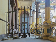 Closed ... Second floor of a  mansion in downtown Lima (Lewitus) Tags: lima perú mansions doors window color