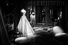Lyon - Robe de mariée sous les spots. (Gilles Daligand) Tags: lyon rhone vitrine magasin robe mariage mariée spots
