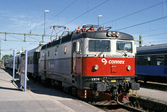 Connex electric loco Rc5 1325 at Luleå, Northern Sweden on 1 July 2006 (Trains and trams eveywhere) Tags: sj asea swedishstaterailways electric locomotive trains railways scandinavia swedishrailways lapland rc5 station connex luleå