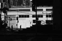 Siluetas En La Ciudad (natan_salinas) Tags: streetphotography fotografíaurbana fotografíacallejera bw blackwhite blanconegro bn blancoynegro blackandwhite monocromático monochrome nikon gente d5100 urbe urban city ciudad portrait retrato urbano noiretblanc pasajeros passengers street calle people luz light shadow sombras contraluz chile silueta silhouette backlighting backlight 50mm twilight man male hombre