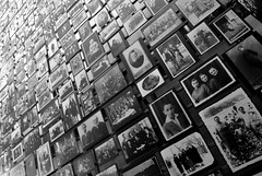 Always remember (Anselmo Portes) Tags: washingtondc unitedstates unitedstatesofamerica estadosunidos theholocaustmuseum holocaust museudoholocausto holocausto pb pretoebranco blackandwhite bw portrait portraits retrato retratos many repetition perspectiva perspective museumemorialdoholocaustodosestadosunidos unitedstatesholocaustmemorialmuseum