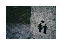... (ángel mateo) Tags: ángelmartínmateo ángelmateo oporto porto portugal muro escalera esquina pareja corazón amor graffiti pintada piedra wall staircase corner couple heart love stone ♡