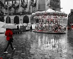 Carrousel écarlate... (Tonton Gilles) Tags: alençon normandie grande rue rouge noir et blanc partiel place lamagdelaine parapluie personnage pluie reflets humide sol eau flaques deau église basilique notredame dalençon carrousel tabacpresse scène de