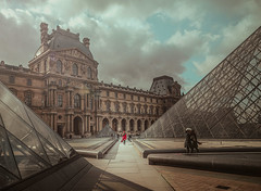 The girl in red (Ro Cafe) Tags: paris louvre autumn architecture travel urban city cityscape nikkor2470mmf28 sonya7iii
