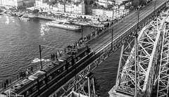 PONTE D. LUIS I (Pedro Michelena) Tags: blancoynegro monotono ooporto pontededluisi portugal puenteluisi blackandwhite ciudad pmmrm61 puente secuenciafotográfica tren