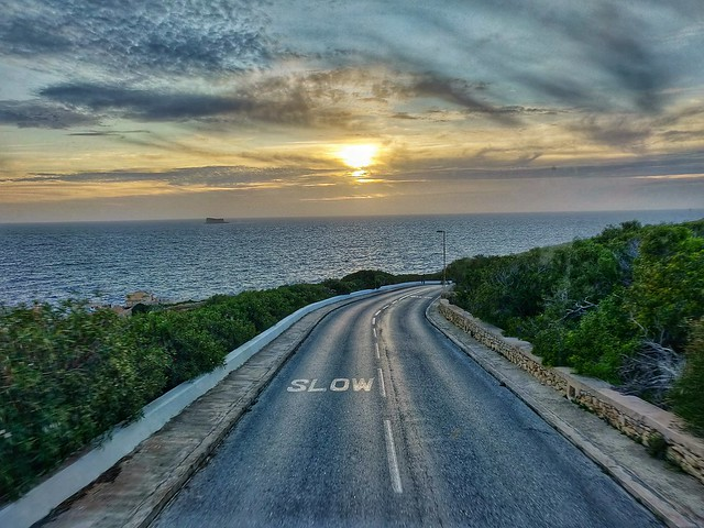 Οδηγώντας αργα απολαμβάνεις το ηλιοβασίλεμα