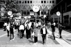 Räderwerk (ploh1) Tags: london docklands sw bw schwarzweisfoto schwarzweisfotografie menschen leute bewegung personen uhr gewimmel tag sonnig canarywharf