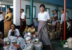 Warten auf den Abflug in Bagan ( Myanmar, Burma 1981 ) (walter 7.8.1956) Tags: 1981 burma myanmar asien menschen taschen gepäck
