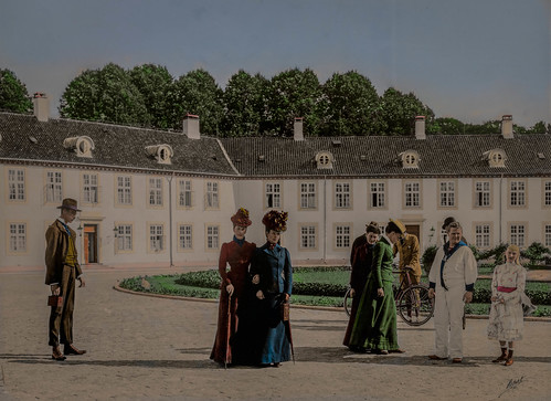 An afternoon in the Fredensborg castle yard in 1901.