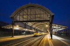 De zaksporen van station Haarlem (Tim Boric) Tags: haarlem station zaksporen overkapping roof trein train zug bahn railways spoorwegen ns ddm1 dubbeldekker schemering dusk ddm