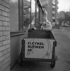 Bike (rotabaga) Tags: sverige sweden svartvitt göteborg gothenburg blackandwhite bw bwfp lomo lomography lubitel166 fomapan fomadon mellanformat mediumformat twinlens 6x6 120