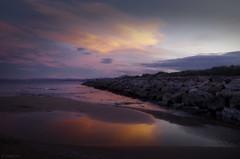 Atardecer sobre la playa (Colector_Col) Tags: espigón mar arena playa