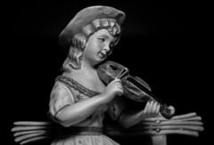 Violinist (Jose Rahona) Tags: lookingcloseonfriday musicinstruments music musician estatuilla statuette blackandwhite bw blancoynegro monochrome
