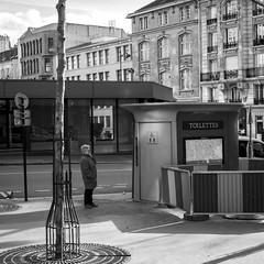 Interrogation - Rue de la Roquette  - 2019 (rfigueiredo75) Tags: streetphotography paris blackwhite noirblanc