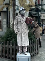 Brussels-Street Living statue-01 (foto_morgana) Tags: belgique belgium belgië brussels brussel bruxelles brusselshoofdstedelijkgewest on1photoraw2020 topazmaskai statue standbeeld streetartist straatartiest livingstatue statuevivant levendstandbeeld