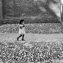 Pierres et Lumière (PixeLuz) Tags: france occitanie albi nour enfant rue regard étonnement blog