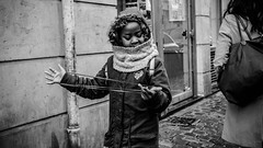 young girl old game (Rigpa22) Tags: street streetphotography strasse sw schwarz stadt bw black girl game city