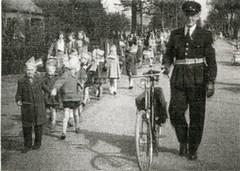 Renkum Politieman Jan Middelbos met fiets Foto ca 1960 Coll Fien Bos (Historisch Genootschap Redichem) Tags: renkum politieman jan middelbos met fiets foto ca 1960 coll fien bos