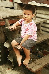 boy on wooden stairs (the foreign photographer - ฝรั่งถ่) Tags: boy portraits canon thailand child bangkok khlong bangkhen thanon