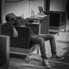 endormi (jemazzia) Tags: intérieur inside innen interno monochrome noiretblanc blackandwhite biancoenero enblancoynegro pretoebranco zwartenwit schwarzundweib sommeil slaap dormire dormir sleep schlafen fatigue müdigkeit fatiga fatica vermoeidheid fadiga